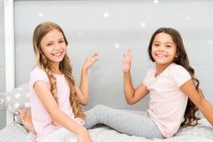 Äldre systrar eller mer ung viktig faktor i syskon som har positivare sinnesrörelser Flickasystrar spenderar angenäm tid arkivbild