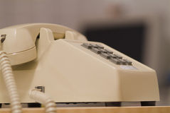 äldre telefon för 06 biege Arkivfoton