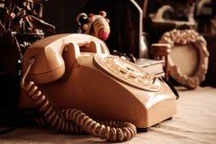 Äldre telefoner på tabellen royaltyfri foto