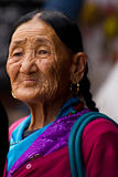 Äldre tibetan dam, Boudhanath tempel, Katmandu, Nepal Royaltyfri Fotografi