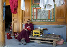Äldre tibetan munk Arkivfoton