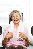 äldre ut kvinnaworking Arkivfoton