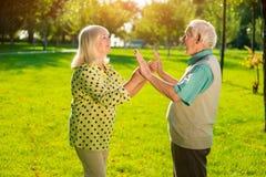 Äldre utomhus- man och kvinna Fotografering för Bildbyråer
