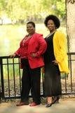 äldre utomhus- två kvinnor för svart full längd Arkivbild