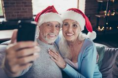 Äldre vänfors Gladlynt mjukt sött älskvärt grå färg-hår två royaltyfri bild