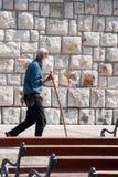 Äldre vallfärda går runt om kyrkan i Medjugorje Royaltyfri Bild