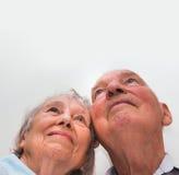 Älska äldre par som ser upp med ett leende Royaltyfri Foto