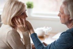 Älska åldrigt makehandlag och den älskade frun för smekning royaltyfria bilder