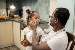 Älska att bry sig den rengörande framsidan för fader av hans härliga flicka arkivbilder