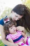 Älska att gråta för moderkonsoler behandla som ett barn dottern arkivfoton