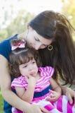 Älska att gråta för moderkonsoler behandla som ett barn dottern royaltyfria bilder
