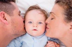 Älska att kyssa för föräldrar behandla som ett barn Royaltyfria Foton