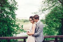 Älska att omfamna för brölloppar royaltyfri foto