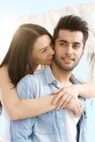 Älska att omfamna för par som är utomhus- Royaltyfri Bild