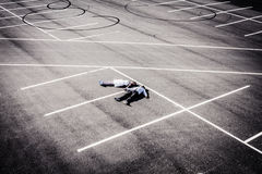 Älska barn para på bröllop på en tom autoparking Fotografering för Bildbyråer