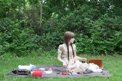 Älska barnpar som tycker om en romantisk picknick parkera in, tillsammans Arkivbild