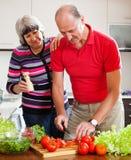 Älska bitande grönsaker för mogna par Arkivbilder