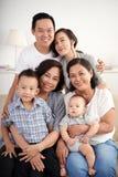 Älska den asiatiska familjen Arkivbilder