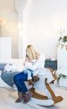 Älska den caucasian modern som rymmer hennes sova behandla som ett barn lite, dottern Modern med att sova behandla som ett barn s Royaltyfri Foto