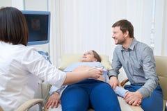Älska den deltagande i doktorn för par för ljudprocedu för havandeskap ultra royaltyfri foto