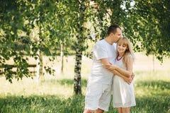 Älska den härliga mannen och kvinnan på naturen Royaltyfria Bilder