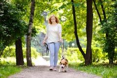 Älska den kvinnliga ägaren med hennes inhemska husdjur Royaltyfria Bilder