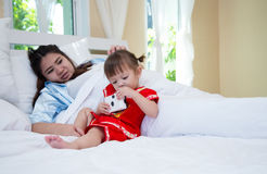 Älska den lyckliga dottern för familj som sitter bak en moder som är pre Royaltyfri Foto