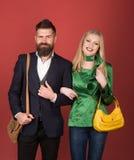 Älska deras nya stil Koppla ihop förälskat i trendig stil Modepar av kvinnan och den skäggiga mannen enjoying royaltyfria bilder