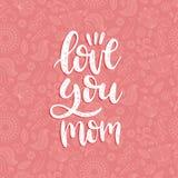 Älska dig den calligraphic inskriften för mammavektorn Lycklig illustration för bokstäver för hand för moderdag på blom- bakgrund royaltyfri illustrationer