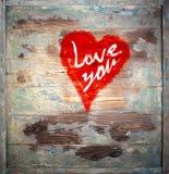Älska dig hjärtahälsningen på målad Wood bakgrund för bekymrad tappningGrungetextur royaltyfri foto
