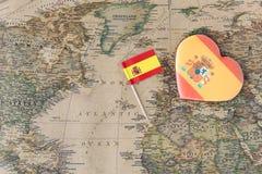 Älska eller resa ljusbrun hjärta för det Spanien begreppet och sjunka på översikt royaltyfri fotografi