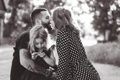 Älska föräldrar går med deras lilla dotter arkivbild