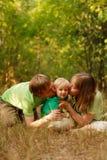 älska för familjkyss Arkivfoton