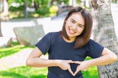 Älska för showhanden för det sunda begreppet det asiatiska tonåriga tecknet för hjärta royaltyfria foton