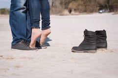 älska för strandpar Arkivfoton