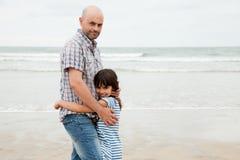 Älska fadern och dottern på stranden arkivbild