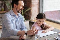 Älska fadern och hans liten flicka som målar en bild Royaltyfri Foto