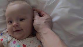 Älska fadern som slår huvudet av älskvärt, behandla som ett barn dottern lager videofilmer