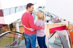 Älska familjen som använder rulltrappan Arkivbilder
