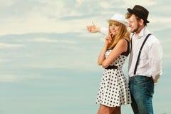 Älska flörta för stil för par som retro är utomhus- Royaltyfria Foton