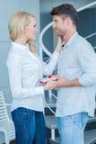 Älska frun som ger hennes make en valentingåva Royaltyfria Foton