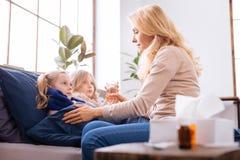 Älska ge ett exponeringsglas av kakao till ungen Arkivfoto