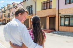 Älska gifta paret och deras nya hem Arkivfoton