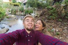 Älska gladlynta lyckliga par som tar selfie i staden Royaltyfri Fotografi