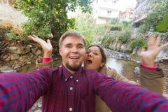 Älska gladlynta lyckliga par som tar selfie i staden Royaltyfria Bilder
