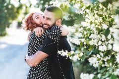 Älska grabben och flickan som tillsammans poserar på kamera arkivbilder