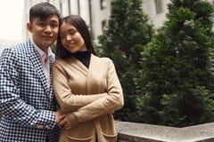Älska härliga par på byggnadsbakgrund royaltyfria bilder