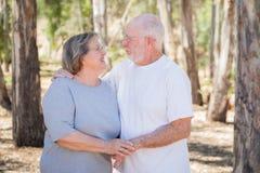 Älska höga par som utomhus omfamnar royaltyfri fotografi