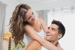 Älska hemmastadda lyckliga par tillsammans Arkivbild