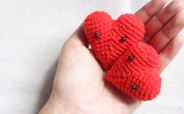 Älska hjärtor i hand på vit bakgrund, valentindagkort lurar Royaltyfri Foto